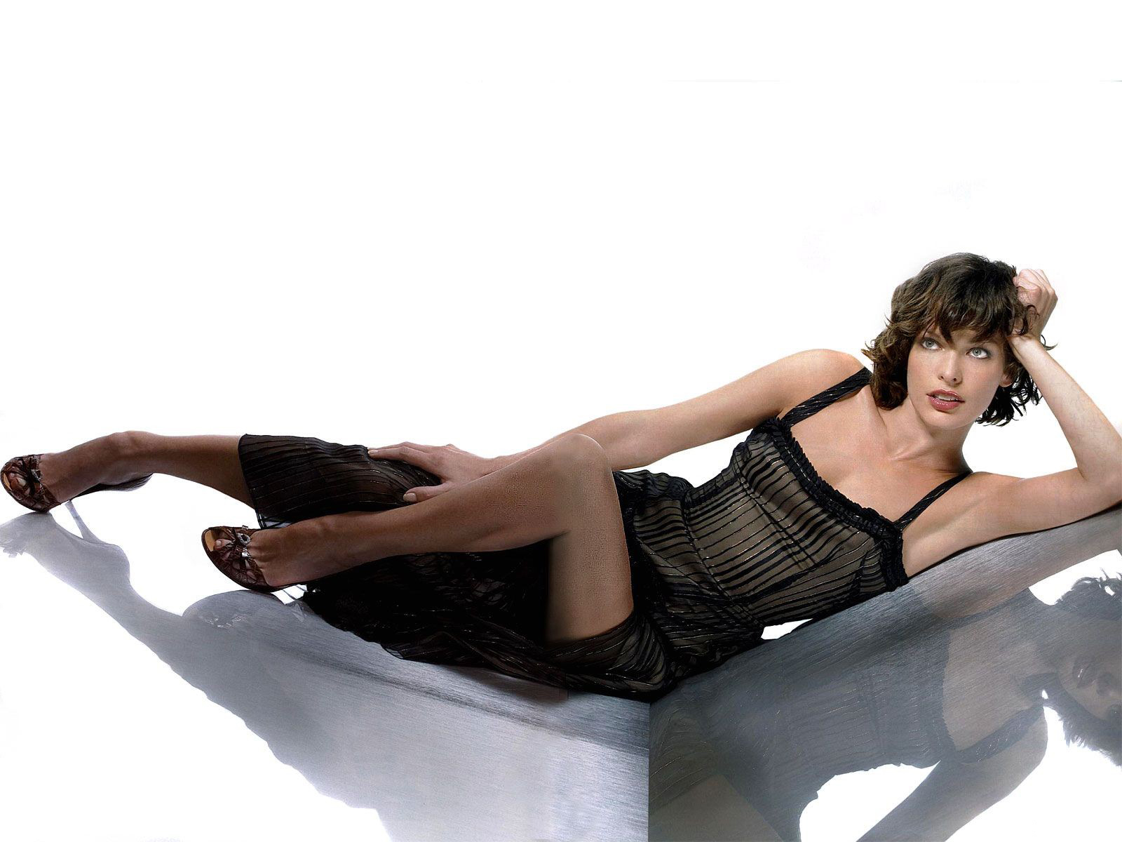 Amateurs Candid Milla Jovovich Hairy Legs
